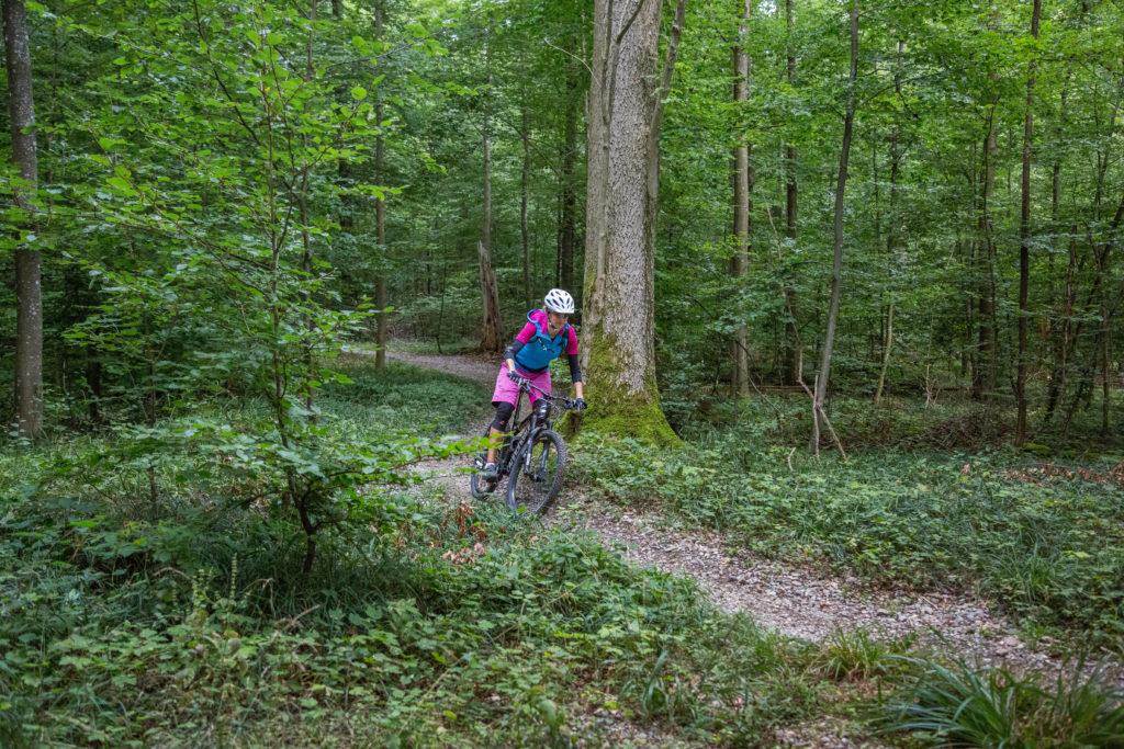 taketrail Mountainbikerin fährt auf einem Trail